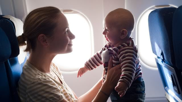 Trẻ mới lọt lòng có được đi máy bay?