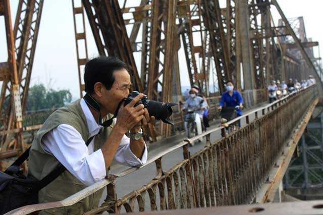 Vé máy bay Vietnam Airlines - Đi bộ trên cầu Long Biên