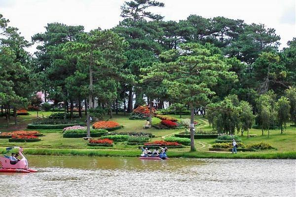 Vé máy bay đi Đà Lạt - Vẻ đẹp hiền hòa mà thơ mộng của Hồ Than Thở