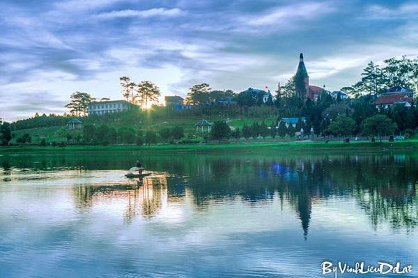 Vé máy bay đi Đà Lạt - Cảnh đẹp sáng sớm trên Hồ Xuân Hương