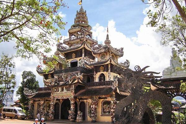 Vé máy bay đi Đà Lạt - Khám phá kiến trúc độc đáo ở Chùa Phước Linh