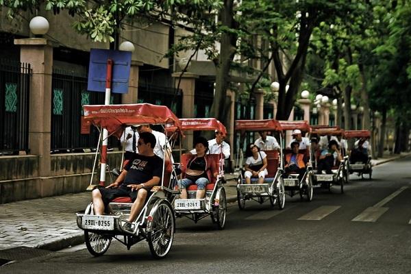 Vé máy bay đi Hà Nội - Ghé thăm các con phố bằng xích lô