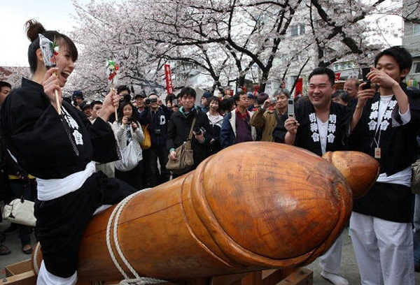 Tham dự Lễ hội Honen Matsuri
