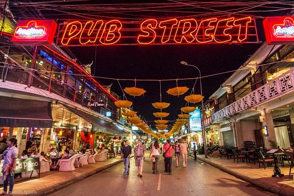 Tham gia một buổi tiệc tại Pub Street