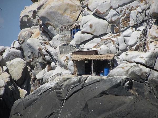 Vé máy bay đi Nha Trang - Di chuyển trên những cầu thang giữa các vách núi