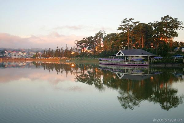 Vé máy bay đi Đà Lạt - Phong cảnh rất hữu tình ở Hồ Xuân Hương