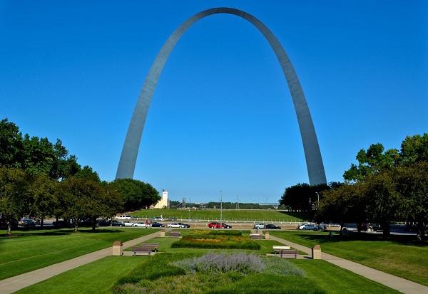 Cổng vòm trời Gateway Arch, thành phố St Louis luôn làm du khách tò mò
