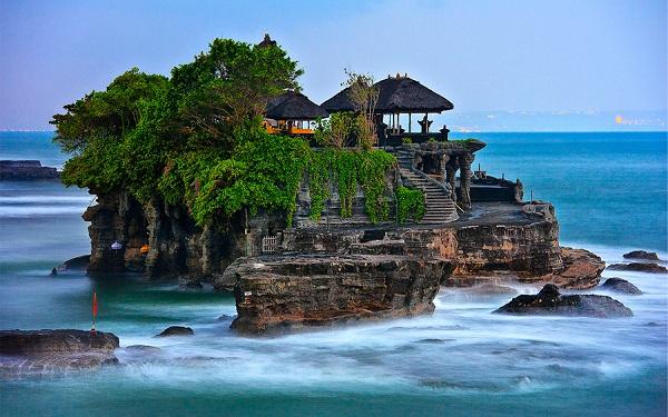 Ngôi đền nhỏ ở Indonessia du khách tới cầu nguyện khá đông
