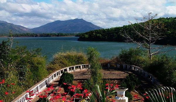 Vé máy bay đi Pleiku - Khung cảnh lãng mạn Biển Hồ