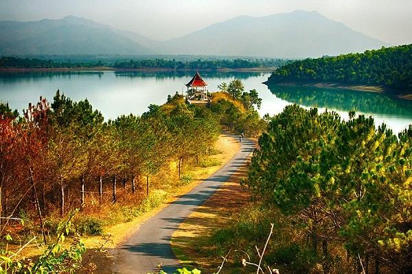 Vé máy bay đi pleiku - Khung cảnh Biển Hồ Pleiku