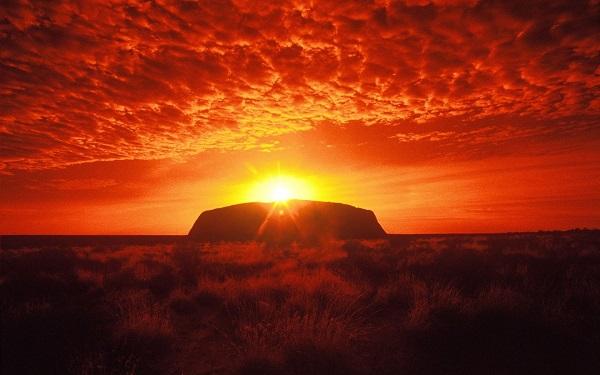 Vén bí mật màn đêm tại Uluru Úc bởi bàn tay phù thủy ánh sáng