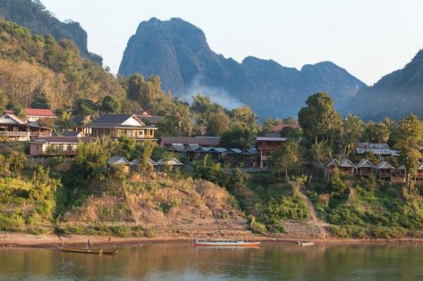 Vé áy bay đi Lào - Khám phá cảnh quan tuyệt đẹp của sông và núi