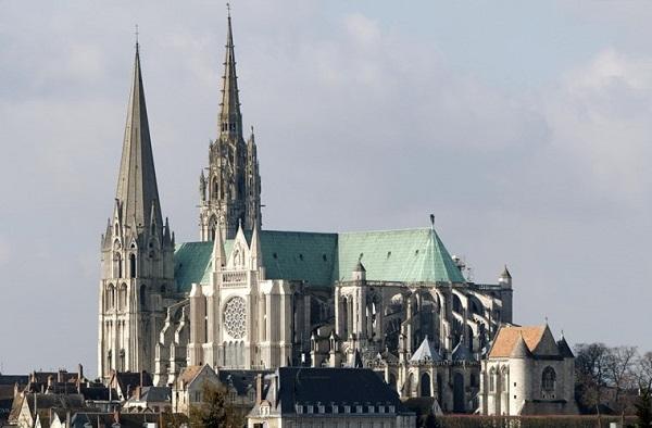 Vé máy bay đi Pháp - Phong cách cổ kính nhà thờ Chartres