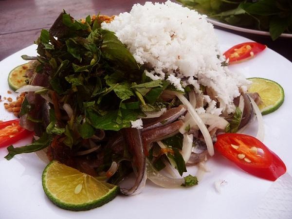 Đặt vé máy bay đi Đà Nẵng thưởng thức Gỏi cá Nam Ô