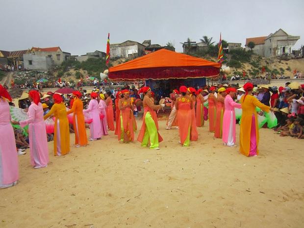 Hội làng ở bãi biển Bảo Ninh